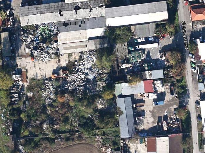 L'area della ex Cnc di via Campazzino 66/5 colma di rifiuti, abbontati da ormai 8 anni.
