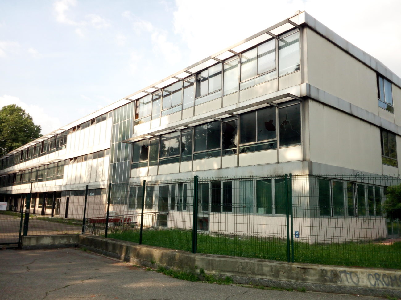 , La scuola di via S. Paolino sarà demolita. Chiesta maggiore presenza delle forze dell'ordine
